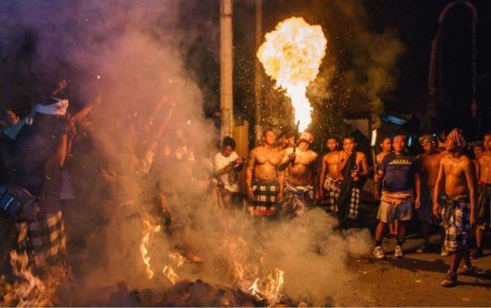 Огненный ритуал Перанг Апи на Бали