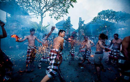 """Праздник """"Огненная война"""" на Бали"""
