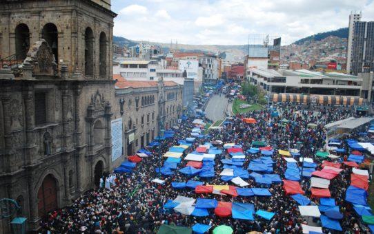 Ярмарка аласитас в Боливии