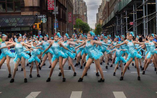 Танцевальный парад и фестиваль в Нью-Йорке