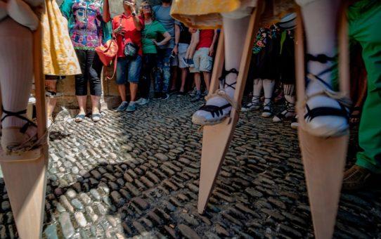 Танец на ходулях Ангиано в Испании