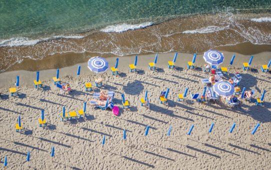 Пляжный сезон на побережье Амальфи в Италии