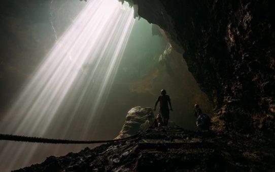Небесный свет (пещера Джомбланг) в Индонезии
