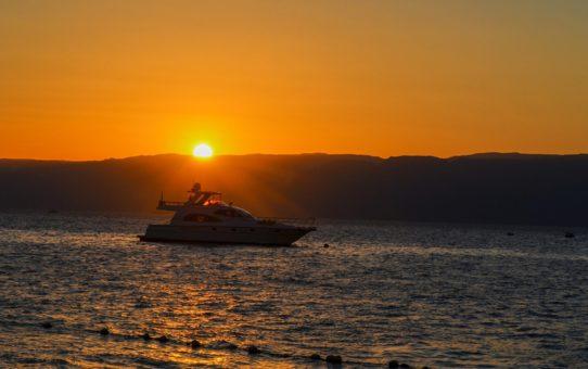 Крейсерский закат с лодки в Иордании