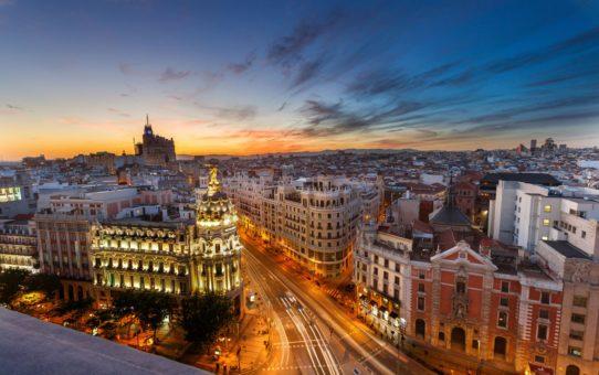 Закат на крыше террасы в Мадриде