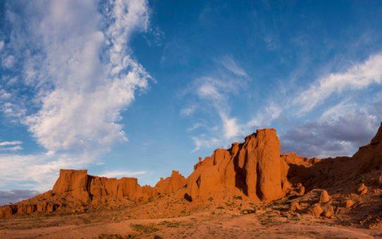 Закат на Горячих Скалах в Монголии
