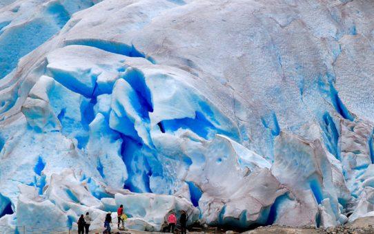 Прогулка по синему льду в Норвегии